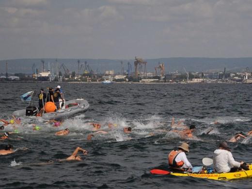 220 плувци скачат в маратона Варна-Галата