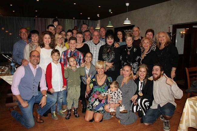 Почти всички от фамилията на семейно събиране - пристигнали са роднини от Италия, Германия и САЩ. На първия ред от дясно на ляво са Бедрос, майка му Кремена, снахата Алекс и малкият Еди.
