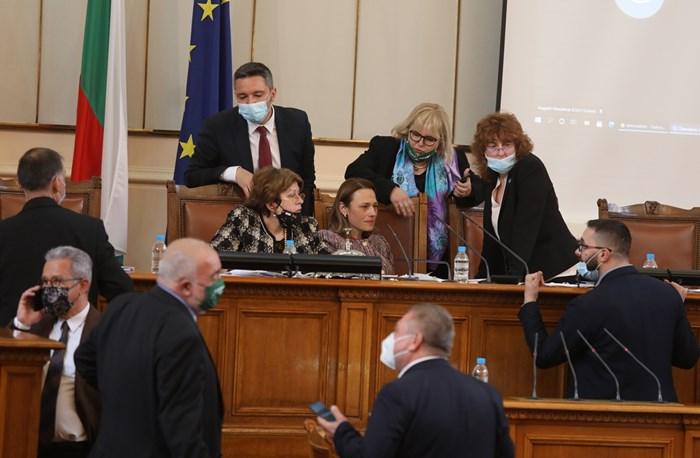 По-голямата част от пленарното заседание премина хаотично.