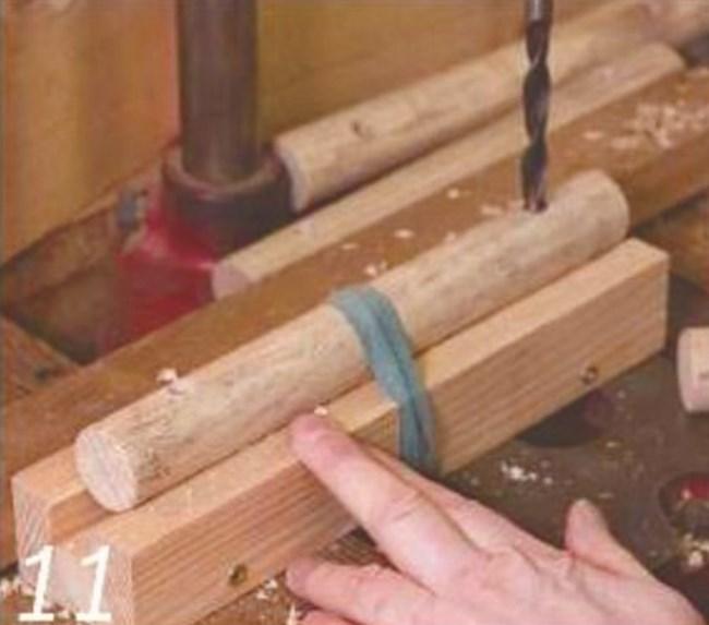 Кръглите държачи: за да пробиете по-лесно и точно дупки (в размерите на болтовете и дюбелите, които ще ползвате), където ще захванете краката, използвайте подобна хватка. За да ги сглобите с краката, използвайте полиуретаново лепило, което е едновременно водоустойчиво и запълва празнините.