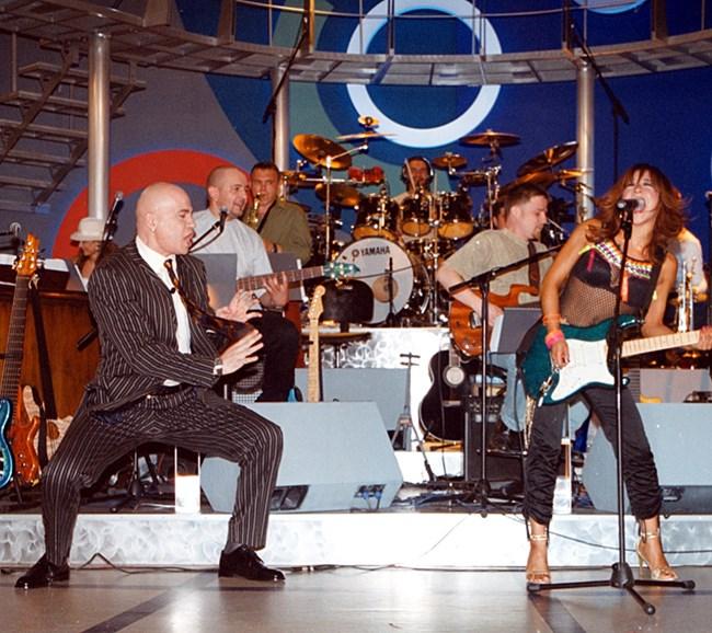 """Слави танцува, докато световноизвестните момичета от """"Бонд"""" свирят - 12 май 2003 г."""