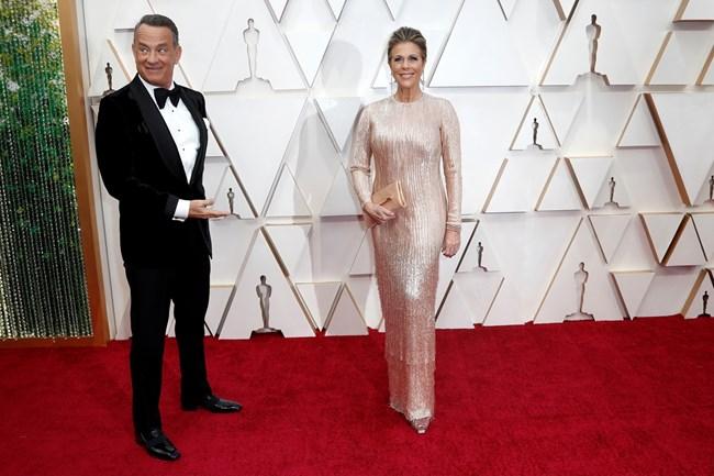 Том Ханкс се радва на съпругата си, докато двамата минават по червения килим на церемонията за раздаването на оскари тази година.  СНИМКИ: РОЙТЕРС