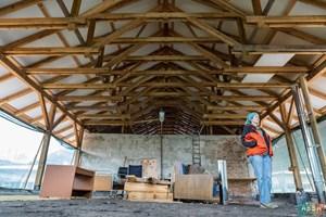 Голямата зала в сградата е предвидена за обучение на деца, а в подпокривното пространство ще има стаи за гостуващи занаятчии.
