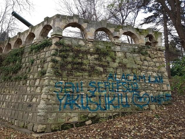 Вандали одраскаха с турски надписи Военно-морския музей във Варна
