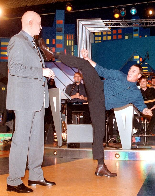 """Екшън звездата Жан-Клод ван Дам прави стойки пред Слави - 28.11.2001 г. С това издание шоуто е класирано на финала на американските награди """"Еми""""."""