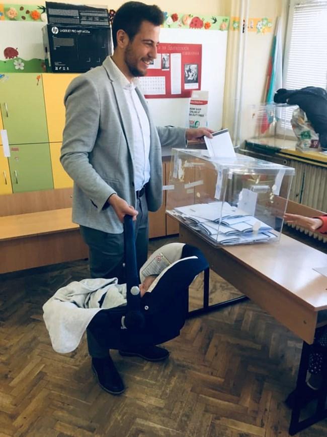 Малкият Александър с баща си в изборната секция.