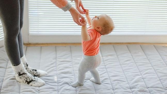 Как бебето започва да ходи самостоятелно?