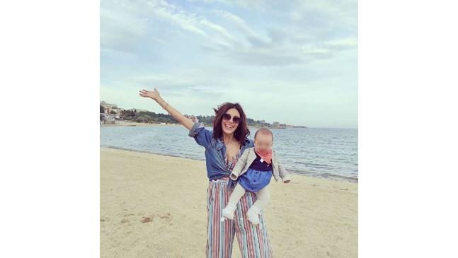 Евелин Костова с бебето на море