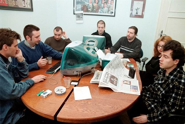 Сценаристите Драгомир Петров, Ивайло Вълчев, Росен Петров, Иво Сиромахов, Иван Ангелов, Калинка Тодорова и Тошко Йорданов (от ляво на дясно) обсъждат вечерното шоу на 31 януари 2001 г.