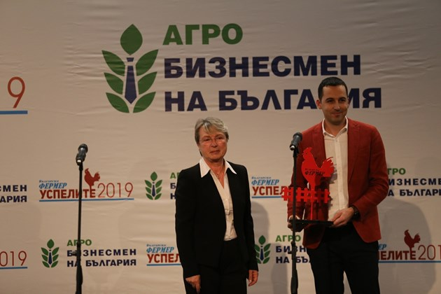 """Иво Куманов, управител на НИК, получи отличието от редакционния директор на в. """"Български фермер"""" Блага Букева."""
