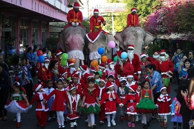 Светът празнува Коледа