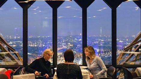 Брижит Макрон и Деси Радева обядват на метри от върха на Айфеловата кула (снимки)
