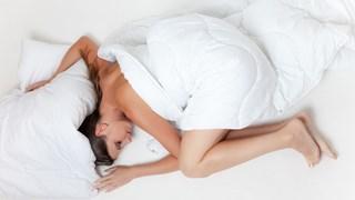 9 ползи от спането без дрехи
