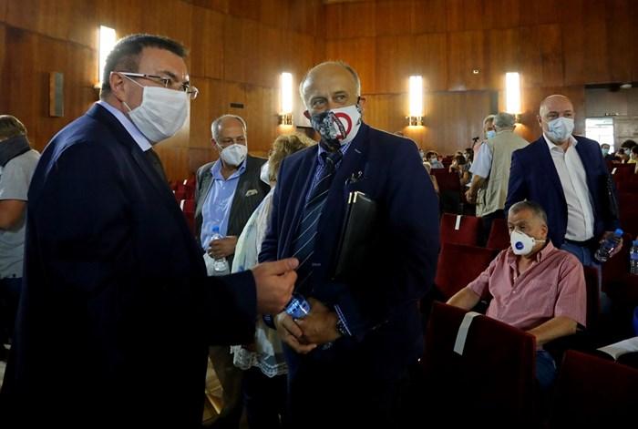 Здравният министър проф. Костадин Ангелов (вляво) събра лекари, експерти, депутати и граждански организации, с които заедно решиха следващите стъпки за построяването на национална детска болница. СНИМКИ: НИКОЛАЙ ЛИТОВ