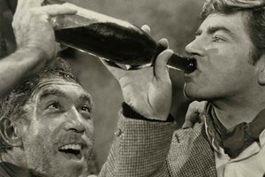 """Кадър от филма """"Зорба гъркът"""" с Антъни Куин в главната роля (вляво) и Алън Бейтс"""