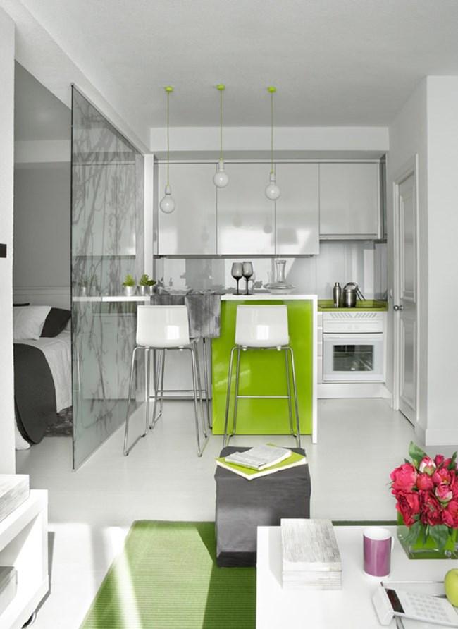 Белият цвят и лъскавите повърхности правят жилището светло и интересно Снимки design-homes.ru