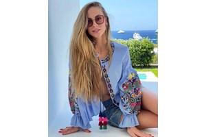 Лолита събира тен на красивия гръцки остров