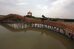 Мост над река Кайду, която се влива в езерото Бостен - най-голямото сладководно езеро на територията на Синдзян, дълго 55 и широко 25 км.