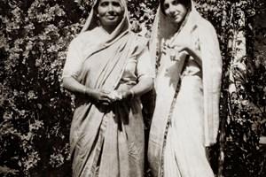 Люба със сестрата на Ганди