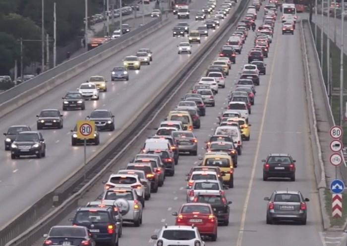 """В час пик водачите масово карат в бус лентата на """"Цариградско шосе""""."""