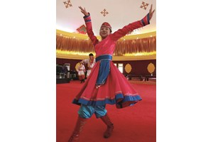 Уйгурите обичат игрите танците и песните. Навремето ушиването на една моминска носия е отнемало цели 3 години, а дамската шапка е имала неприличната задача да информира за възрастта на своята притежателка.