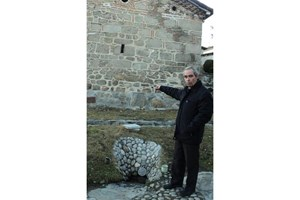 Бившият кмет на Добърско Никола Найденов показва лечебното изворче, което е в двора на черквата.