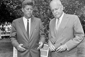 Джон Кенеди заедно с шефа на ЦРУ по онова време Алън Дълес, за когото се смята, че е поръчал покушението.