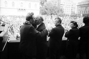 Тодор Живков и Леонид Брежнев в братска прегръдка