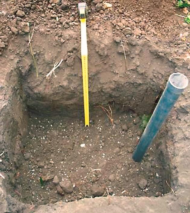 В дупката сложете тръба-от там торенето става лесно