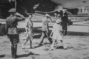 ИЗПРАЩАНЕ: Полк. Георги Дреников отдава чест на царя и царицата на летището, преди самолетът на Хитлер да се върне в Германия.