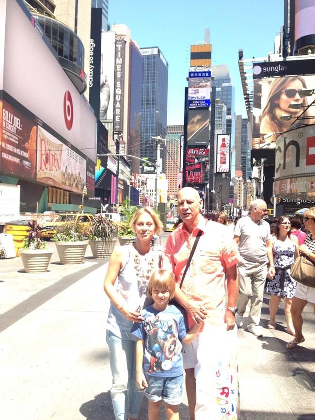 Тв водещата на почивка със семейството си - съпруга й Джонатан и сима им Джейсън