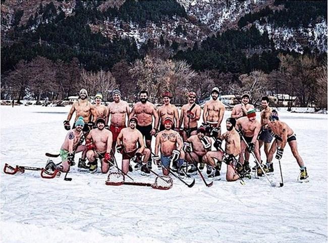 Традиционната гола снимка на хокейния отбор.  Юлиан Вергов е най-вдясно.