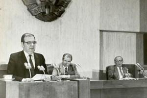 Петър Младенов на трибуната на 10 ноември 1989 г., крайният вляво е сваленият от власт Тодор Живков